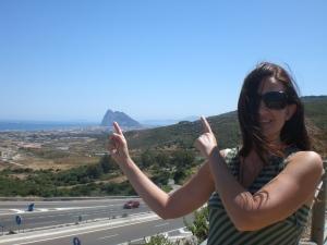 Na mão direita, Gibraltar; na esquerda, África. Não sobrou nenhuma para tirar o cabelo do rosto!